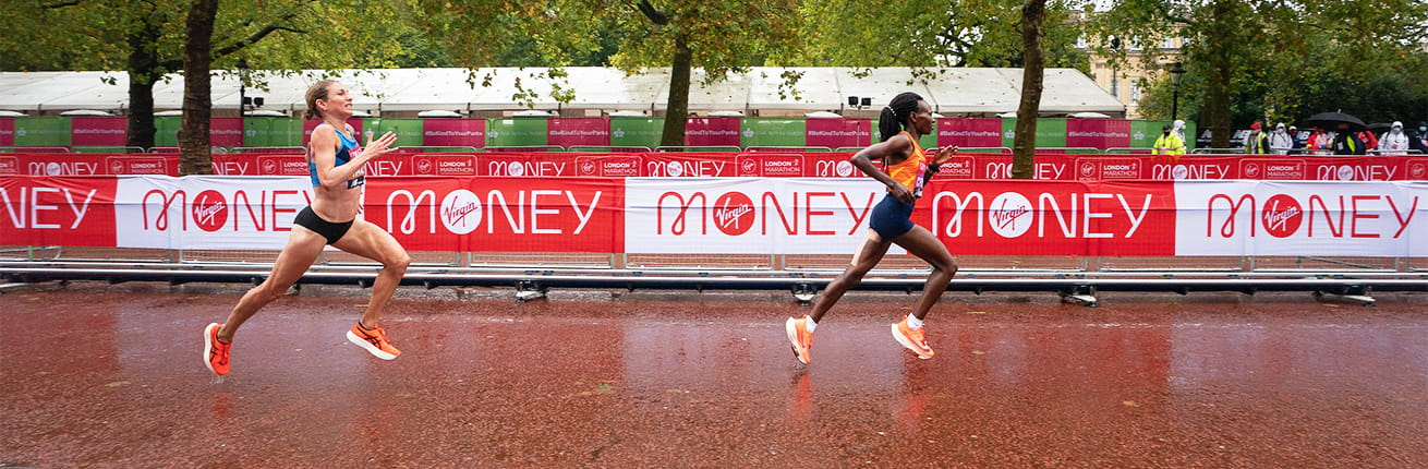Sara Hall chasing down Ruth Chepngetich to finish second in the Elite Women's Race